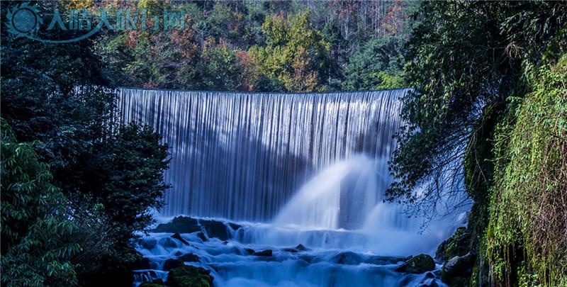 """小七孔景区是国家级风景名胜区,于2007年成为世界自然遗产地,中国最美丽的地方之一。位于贵州荔波县西南部,距县城28公里,至麻尾火车站36公里。该景区在宽仅1公里、长12公里的狭长幽谷里,集洞、林、湖、瀑、石、水多种景观于一体,玲珑秀丽,令游客耳目常新,有""""超级盆景""""的美誉。,具有多处景点可供游人观赏。现已经向游客开放的景点有小七孔古桥、拉雅瀑布、68级跌水瀑布、水上森林、天钟洞、鸳鸯湖、卧龙潭、等。 1、小七孔古桥  位于景区之首,景区之名由桥而得。这是一座小巧玲珑的七孔古石桥,"""