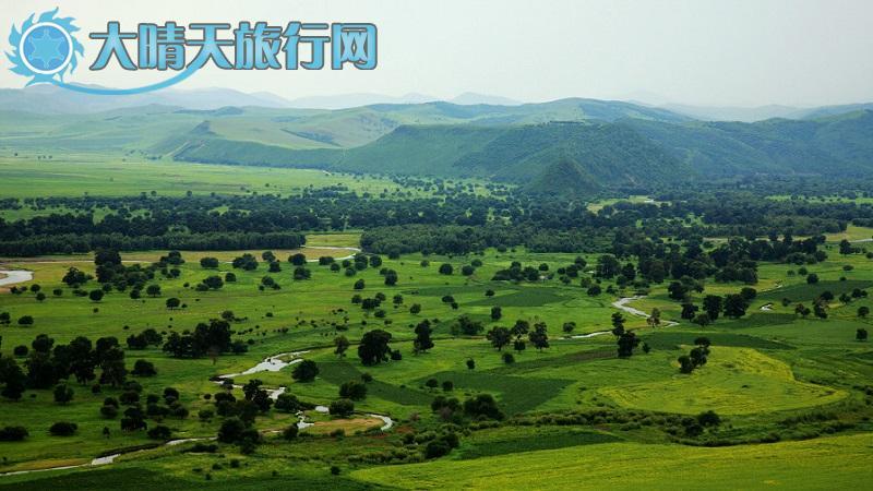 """阿尔山全称""""哈伦 阿尔山"""",系蒙古语,其意思为""""热的圣水""""。阿尔山市位于内蒙古自治区兴安盟西北部,横跨大兴安岭西南山麓。1996年设立县级市,是一座新兴的边境旅游疗养城市。是联合国规划的中国阿尔山-蒙古乔巴山铁路的交汇处,是拟建的两伊铁路的汇合处,并将成为中、日、韩等东北亚连接欧洲的捷径。依托独特的资源和地缘优势,阿尔山确立了以旅游业为主导产业的发展战略,并将逐步打造成具有时代特点的""""中国内陆综合性旅游度假区""""和""""国际型"""