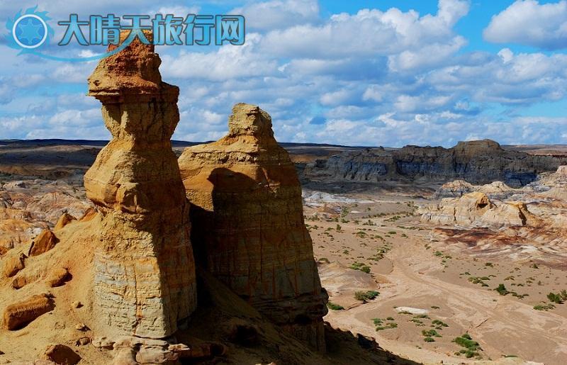 将军戈壁位于昌吉州东北部,地处准葛儿盆地东部,面积数千平方公里,其外围便是新疆第二大沙漠-古尔班通古特沙漠。准确位置在奇台,吉木萨尔县北部东西长43公里,南北宽20公里。 nbsp;nbsp;nbsp;nbsp;近1千平方公里的范围内,荟萃了多处奇景异貌。形成了具有多重性的大型戈壁沙漠风貌旅游区,全国独有,举世罕见这片原始、粗犷的土地上处处充满神奇、魅惑;由于亿万年前的自然沧桑巨变,大自然在这里遗留了大片的硅化木、古海洋生物化石、恐龙遗骸等珍贵的科普材料;而由于自然的鬼斧神工,这里又遗留了五彩湾、魔鬼城