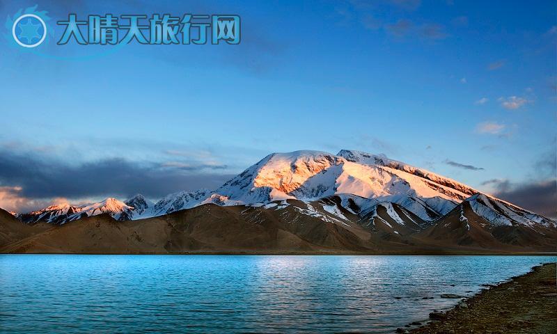 保护区位于新疆维吾尔自治区塔古克自治县境内,地处天山、昆仑山、喀刺昆仑山、喜马拉雅山和兴都库什山交汇而成的山结的东帕米尔高原上。 保护区属高山山区,海拔平均在4000米以上。海拔8611米的世界第二高峰 乔戈里峰屹立于保护区的南向。高原6000米以上终年积雪的高峰构成一片银白世界,塔什库尔干高原野生动物保护区就在这冰峰雪岭的环境之中,帕米尔在造山运动中和青藏高原一起隆起,由前震旦、石炭、二叠、依罗系等变质沉积岩和前寒武纪、华西力期花岗岩组成。由于强烈切割作用,高原上高山谷地相对高差多在10002000