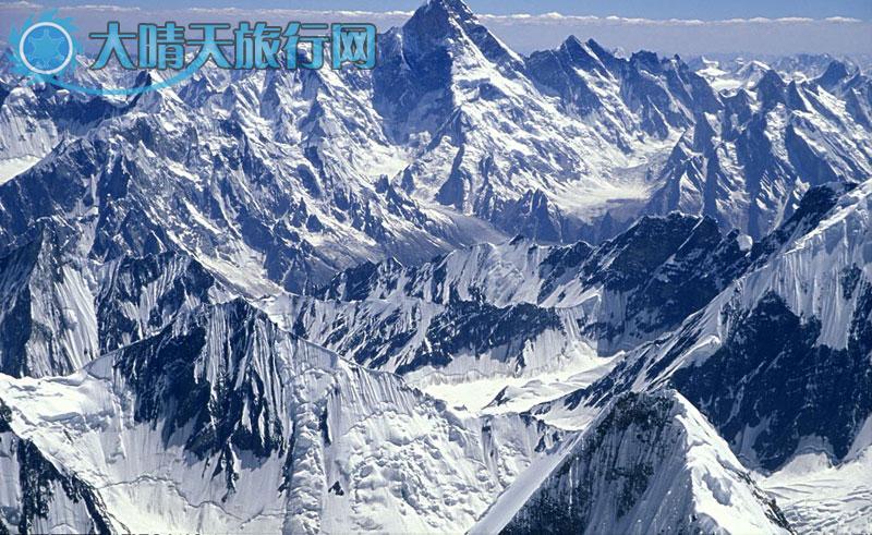 乔戈里,塔吉克语,意为高大雄伟。乔戈里峰海拔8611米,它是喀喇昆仑山脉的主峰,也是世界上第二高峰,国外又称K2峰,坐落在喀喇昆仑山的中段。属中国的一侧,在新疆维吾尔自治区叶城县境内。1954年7月31日, 意大利探险家里诺雷斯德里和阿奇里科帕哥诺尼首先登顶。乔戈里峰是国际登山界公认的攀登难度较大的山峰之一。