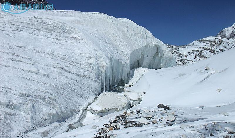 独库公路以北疆油城独山子为起点,由北向南沿奎屯河的干支流向天山深处盘旋上升。曲折壮观的独库公路沿途穿过天山海拔3700米的铁里买提达坂。海拔3390米的哈希勒根达坂隧道,是中国海拔最高的隧道。公路上还修有百米的防雪长廊,可使悬崖上的崩雪翻落到公路旁深沟中去,不失为独特的一景。 独库公路修建于上世纪70年代,是条战备国防公路。该路段北起独山子,南至库车,全长562.