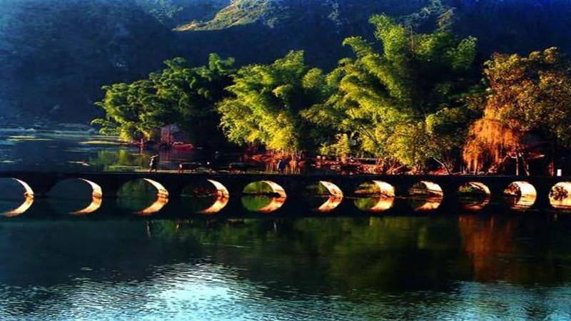鹅泉风景区现有主要景点有鹅泉跃鲤,古桥,岜搭书,叫喊岩等.